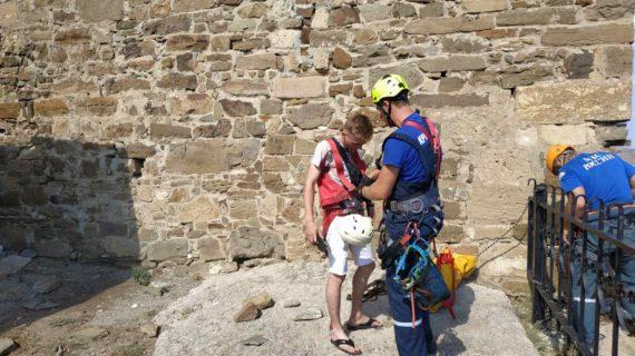 Крымский музей посвятил стихи горе-туристу, который хотел забраться в крепость и застрял на скале