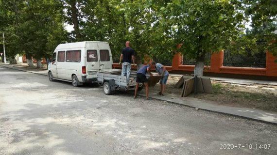 В Саках на центральной улице средь бела дня украли плитку