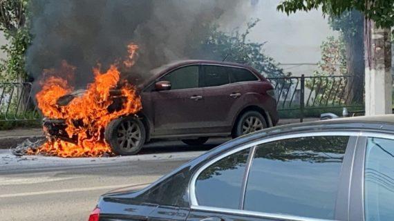 В Крыму загорелась Mazda CX-7 в результате ДТП