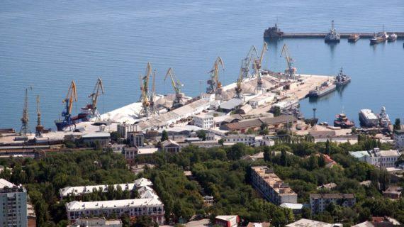 В Феодосийский порт прибыл танкер с нефтепродуктами