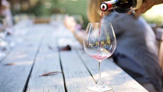 Крымчанин украл 40 литров вина, чтобы выпить с подругой в поле