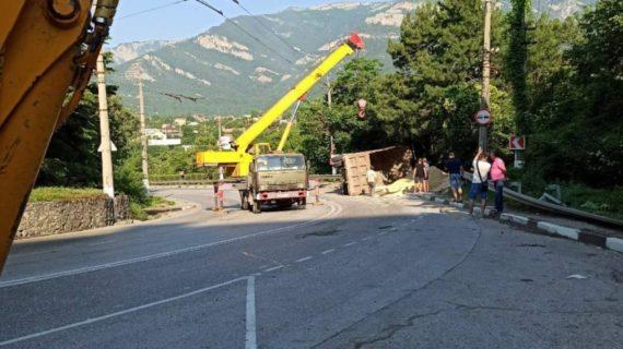 Возле Ялты опрокинулся грузовик: дорога частично перекрыта