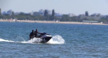 В районе Феодосии катамаран с туристами унесло в открытое море