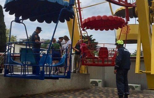 Четыре человека с детьми застряли на колесе обозрения в Алуште