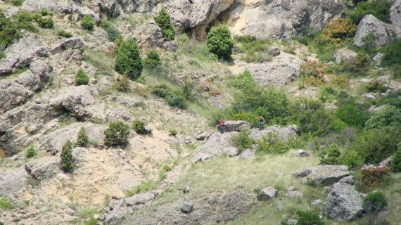 Спасатели сняли двоих туристов со скалы близ Фороса