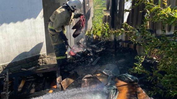 В Евпатории ликвидировали пожар хозпостройки
