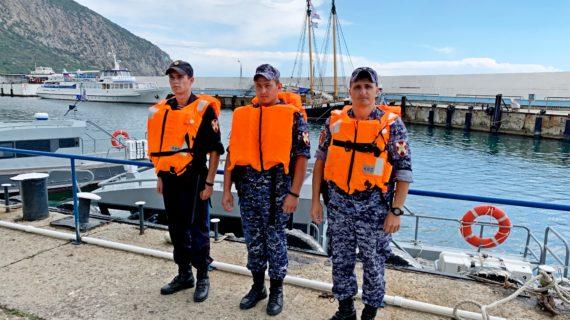 В Крыму росгвардейцы спасли семью, которую унесло в Чёрное море на каяках