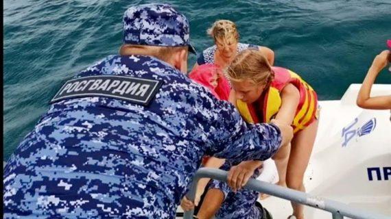 В Крыму сотрудники Росгвардии спасли семью с тремя детьми, попавшую в шторм