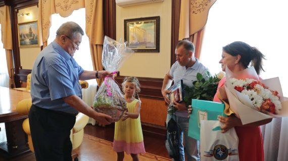 Семилетней Даше вручили ценные подарки за спасение друга из бассейна