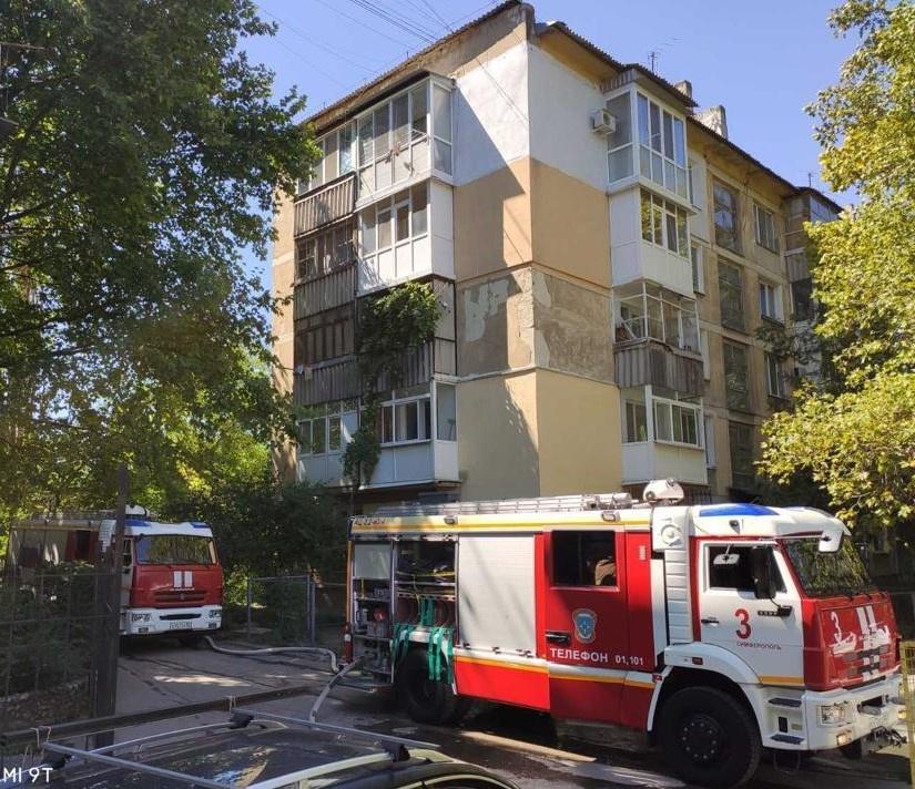 В Симферополе загорелась квартира в многоэтажке. Есть пострадавшие