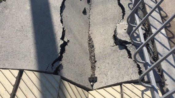 На одной из улиц Симферополя тротуары разрушились через два месяца после ремонта