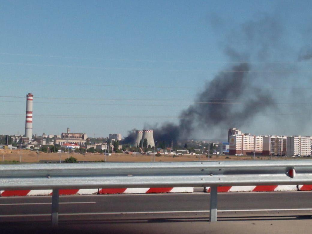 В Симферополе возле электростанции горит склад. Фото