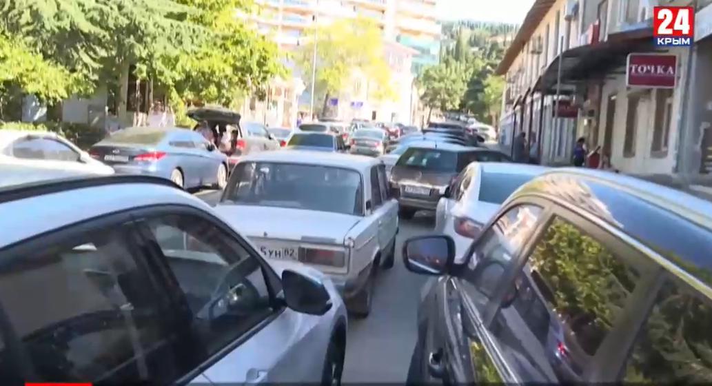 Пик курортного сезона: в Ялте катастрофически не хватает автомобильных парковок