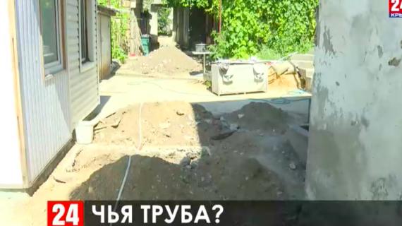 11 дней без воды: жильцы двухэтажки в Симферополе в 21 веке набирают воду на ближайшей колонке