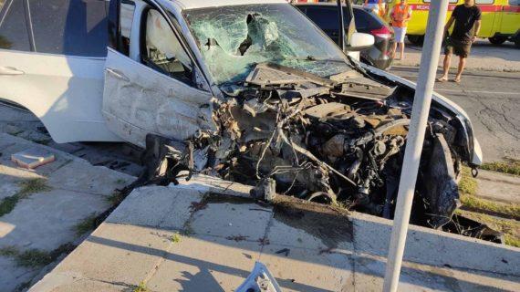 Водитель на BMW врезался сначала в столб, а потом в трамвай в Крыму