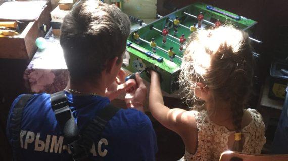 Девочка в Крыму засунула руку в настольный футбол и не смогла её вытащить
