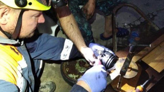 Во время ремонта автомобиля у симферопольца застрял палец в шрусе