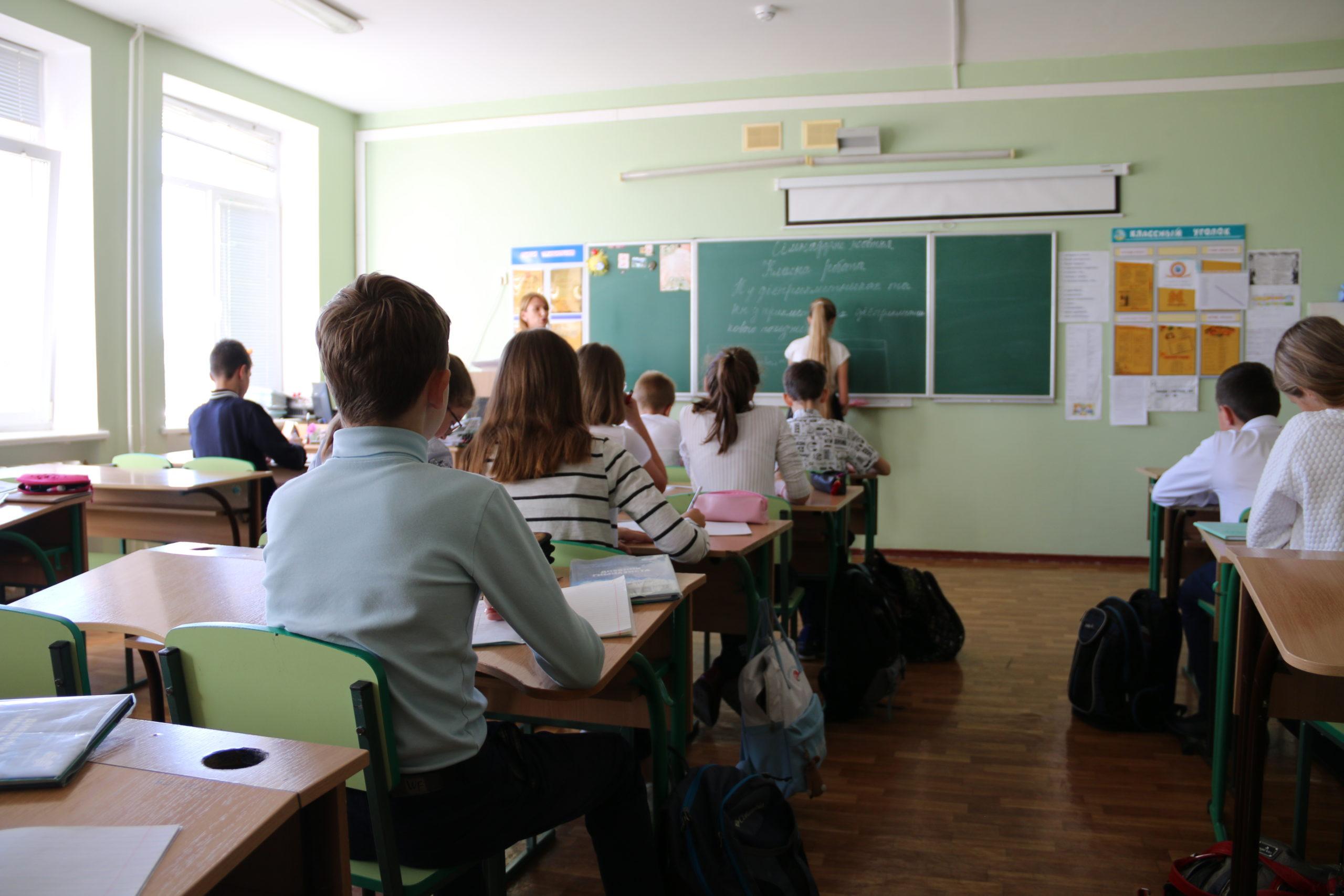 Школьникам и первоклассникам в России выплатят по 10 тысяч рублей единоразово