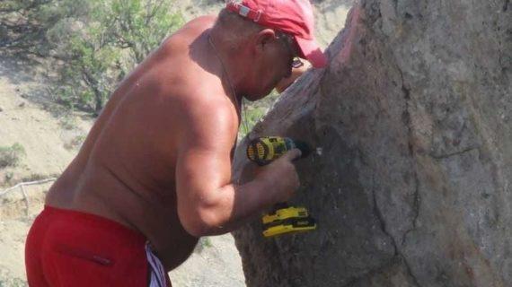 Турист в честь себя назвал скалу в Крыму и прибил к ней табличку