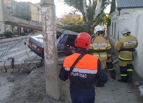 Крымчанин на Жигули врезался в электрический столб