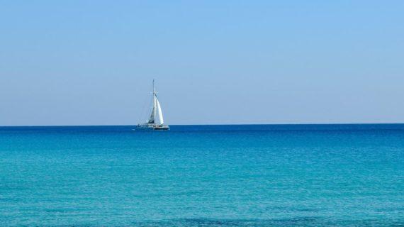 В Алупке двух туристов унесло в море на катамаране