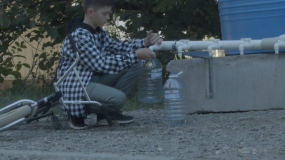 В Симферополе сняли ролик о восьмикласснике Кирилле, помогающем доносить воду старикам