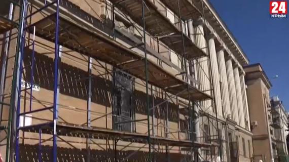 В Керчи начали реконструкцию старинного здания горсуда и без разрешения снесли лепнину