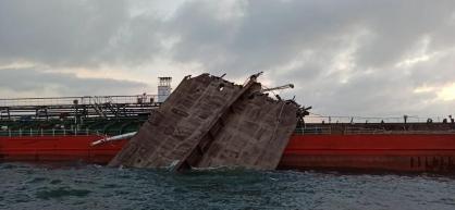 На взорвавшемся в Азовском море танкере обнаружили тела людей