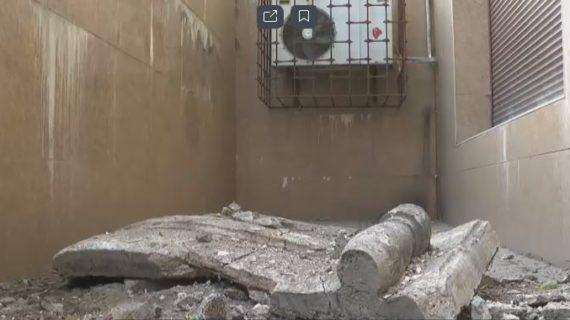 В центре Симферополя перед магазином рухнула часть балкона
