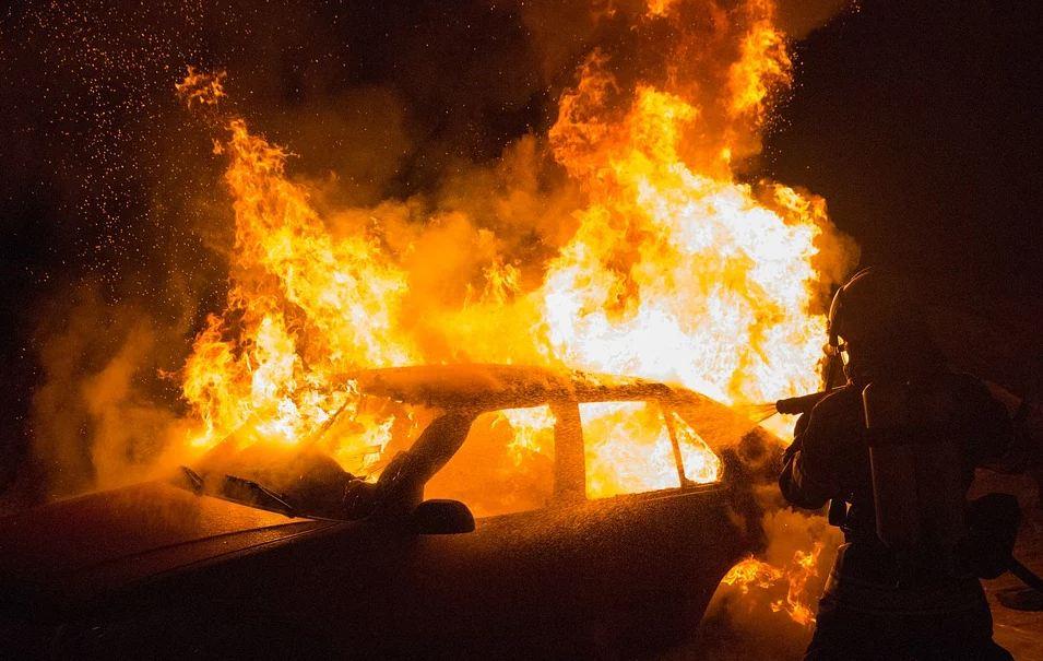 В Крыму мужчина нечаянно сжёг не ту машину