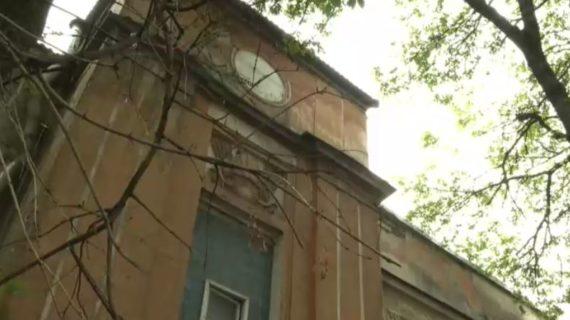 В Симферополе рухнула часть балкона перед продуктовым магазином