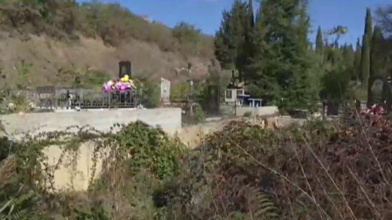 Могилы на кладбище Алушты размывает река Демерджи