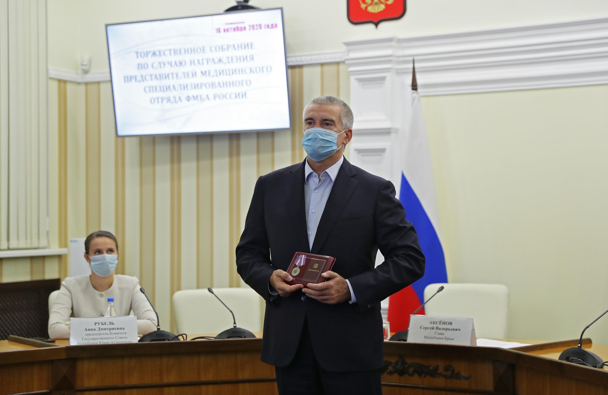 Аксёнов наградил медиков из Сибири, приехавших спасать Крым от коронавируса