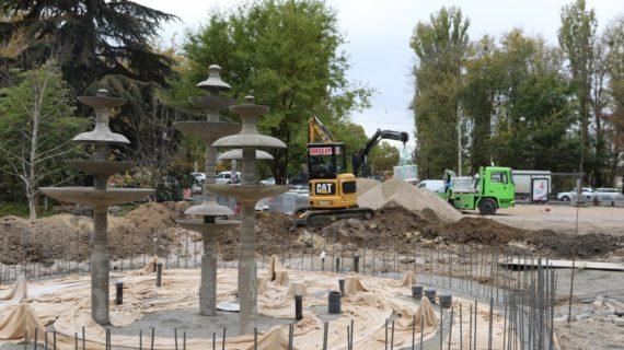 Возле ДКП в Симферополе устанавливают беговые дорожки и подводят воду к советским фонтанам