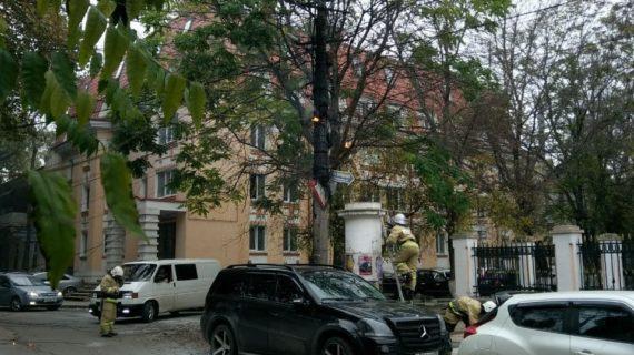 В центре Симферополя загорелся столб с проводами. Видео