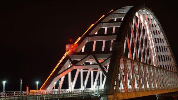 На Крымском мосту образовалась  пробка из-за досмотра грузового транспорта