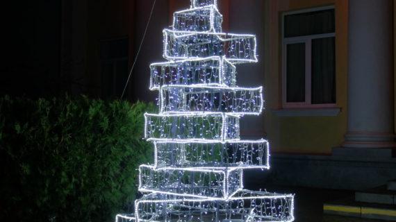 В Судаке появилась необычная новогодняя ёлка