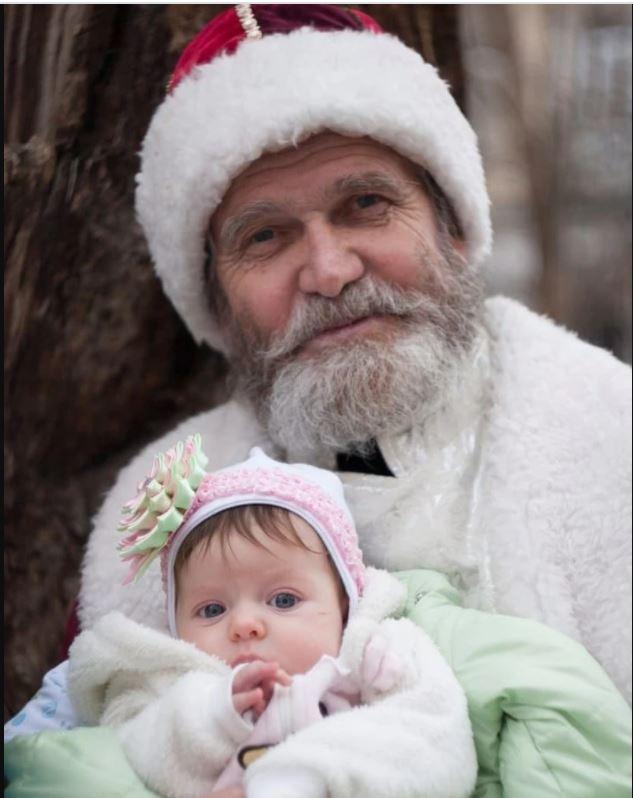 Симферополец уже 50 лет наряжается Дедом Морозом и раздаёт подарки всем прохожим