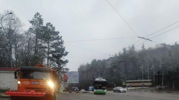 В Крыму на спасение дорог от наледи выехали десятки единиц спецтехники