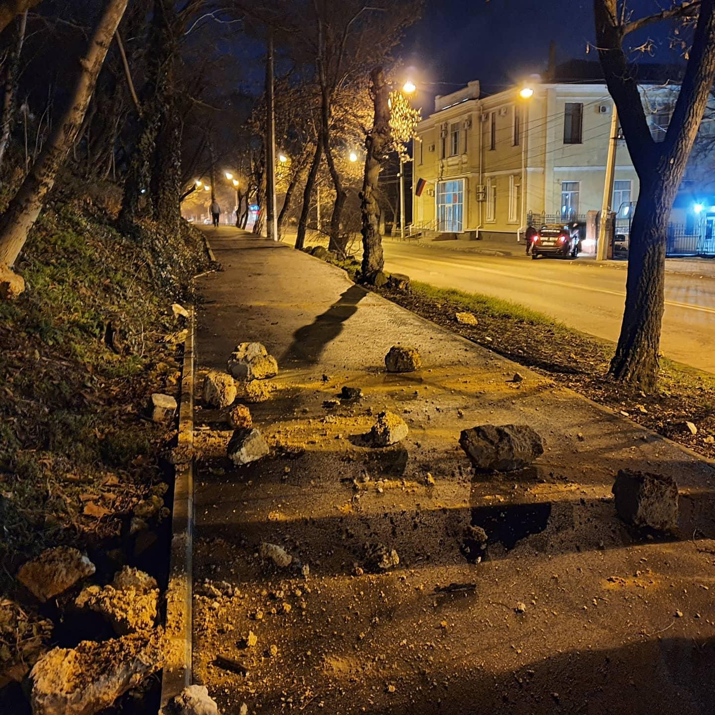 В Симферополе подпорная стена осыпалась на тротуар и дорогу