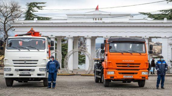 В Севастополе на площади Нахимова показали новую коммунальную технику