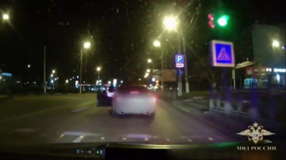 В Керчи инспектор ДПС задержал пьяного водителя, запрыгнув на ходу к нему в машину