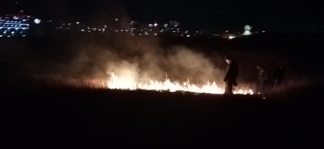 В новогоднюю ночь спасатели тушили пожар после салюта в Симферополе