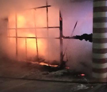 Ночью в Симферополе сгорел торговый бутик