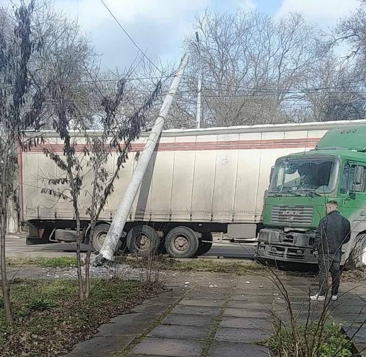 В Керчи на фуру упал электрический столб