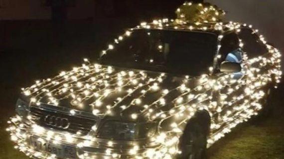 Весёлый Дед Мороз разъезжал по Феодосии на авто в гирляндах