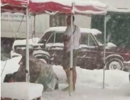 Крым не для слабых: В Симферополе нашли мужчину, который в снегопад одет «по-летнему»