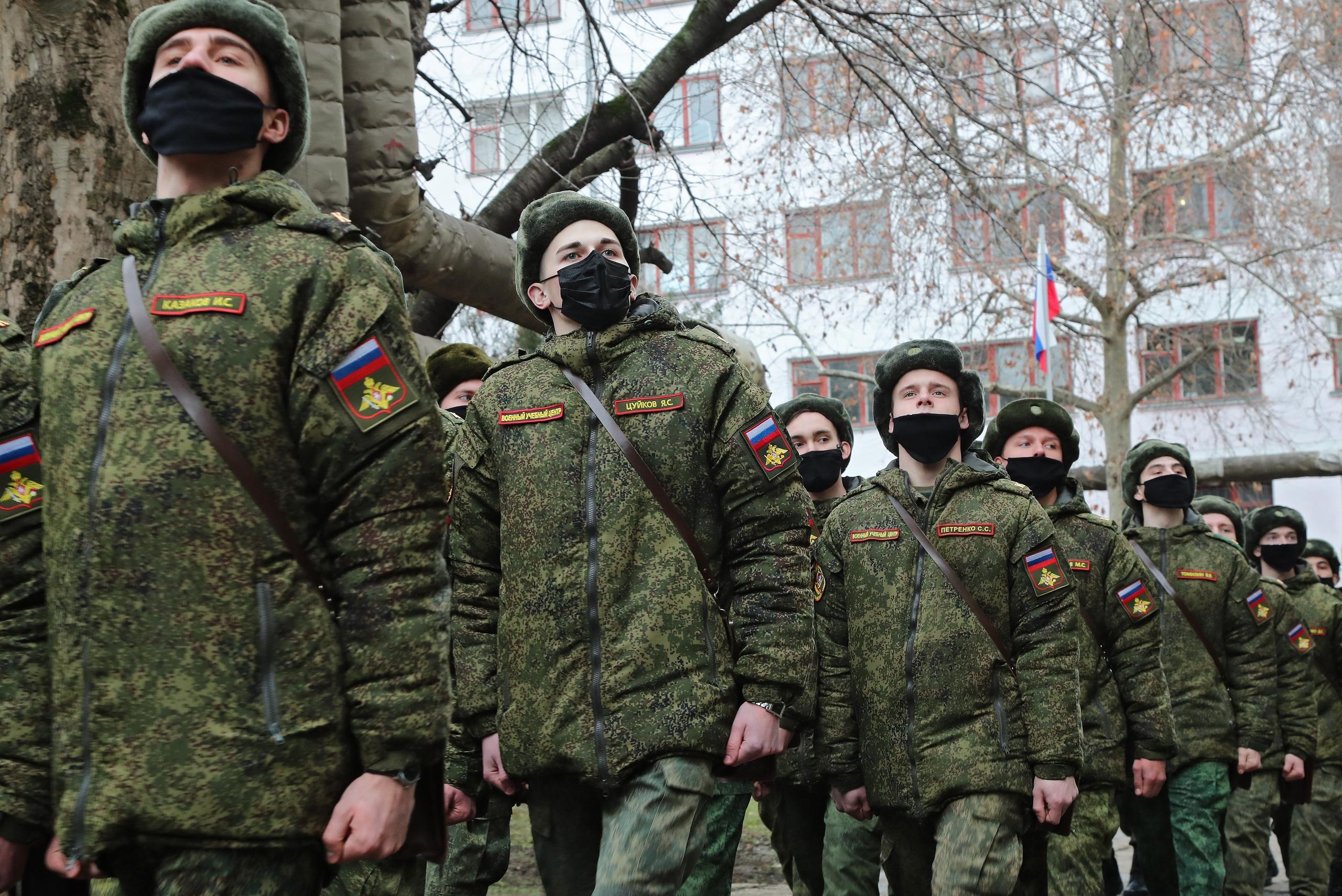Глава Крыма вручил лейтенантские погоны курсантам Военного учебного центра
