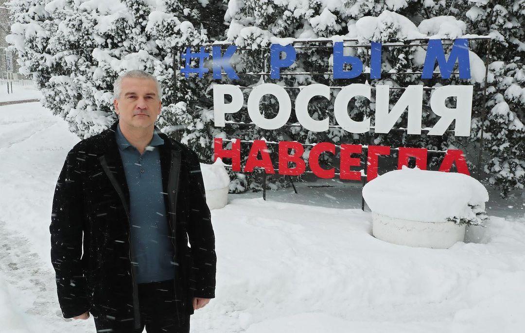 #ПутинКрымРоссияНавсегда: Аксёнов призвал жителей полуострова фотографироваться возле визитных карточек Крыма