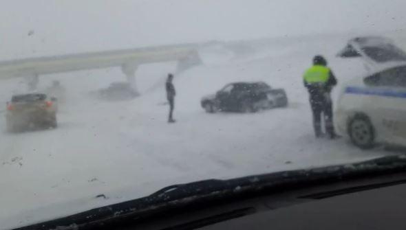 В районе посёлка Зуя произошло массовое ДТП из-за снегопада